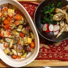 adapted version of @heidijswanson 's winter rainbow gratin❤︎ ・ ・ ・ #heidiswanson #supernaturalcooking #winterrainbow #gratin #sweetpotato #eggplant #carrot #purpleonion #swisschard #kale #maitake #radish #osaka #japan #野菜 #薩摩芋 #なす #人参 #スイスシャード #ケール