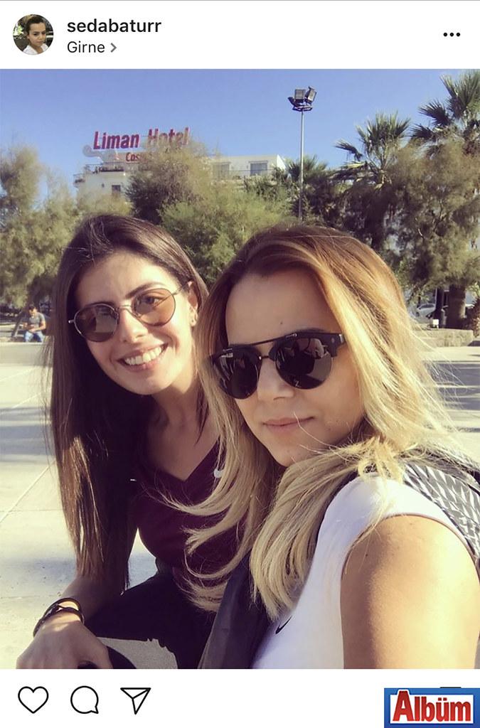 Seda Batur, arkadaşı Ezgi Şanlı ile birlikte Girne'de güneşli havanın tadını çıkardı.