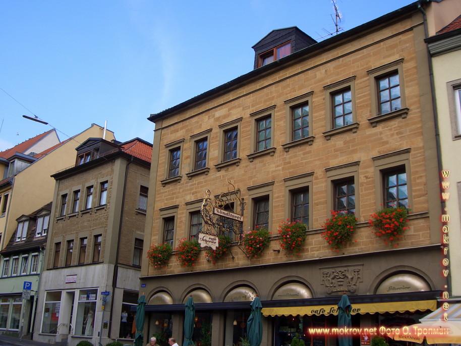 Город Швайнфурт с фотокамерой прогулки туристов