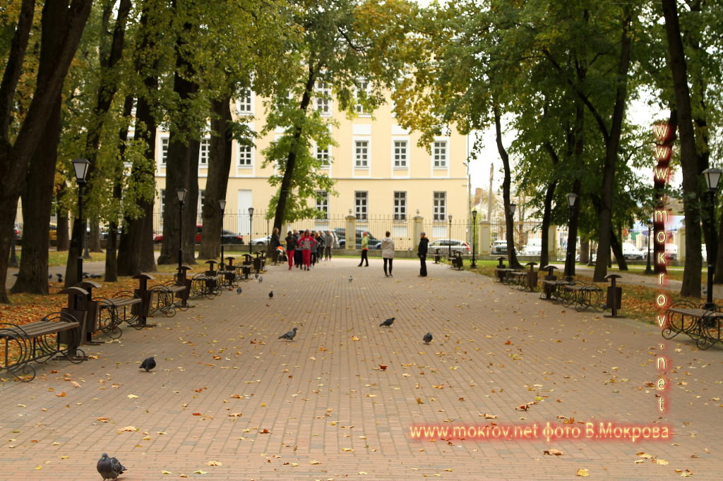 Город Калуга парк у Троицкого Собора, расположенный на берегу Оки.