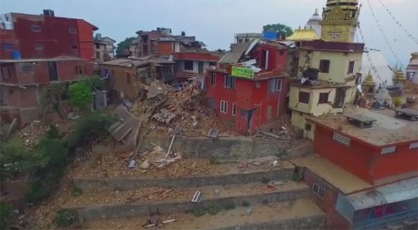 Kompleks di belakang Stupa Swayambhunath hancur terkena gempa Nepal. Foto: Video by drone.