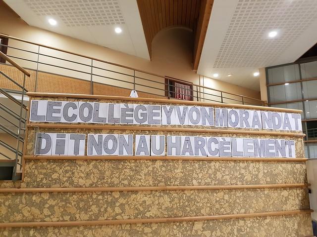 Une banderole signée par les élèves et les personnels réalisée au collège Yvon Morandat