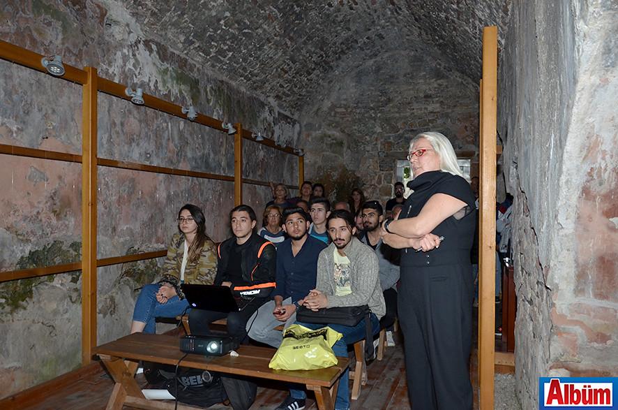 Çatkı Mimarlık ortaklarından Gönül Tavman, katılımcılara yaptıkları mimari çalışmalar hakkında bilgi verdi.