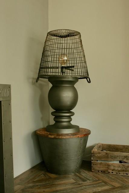 Lamp met aardappelmand kap
