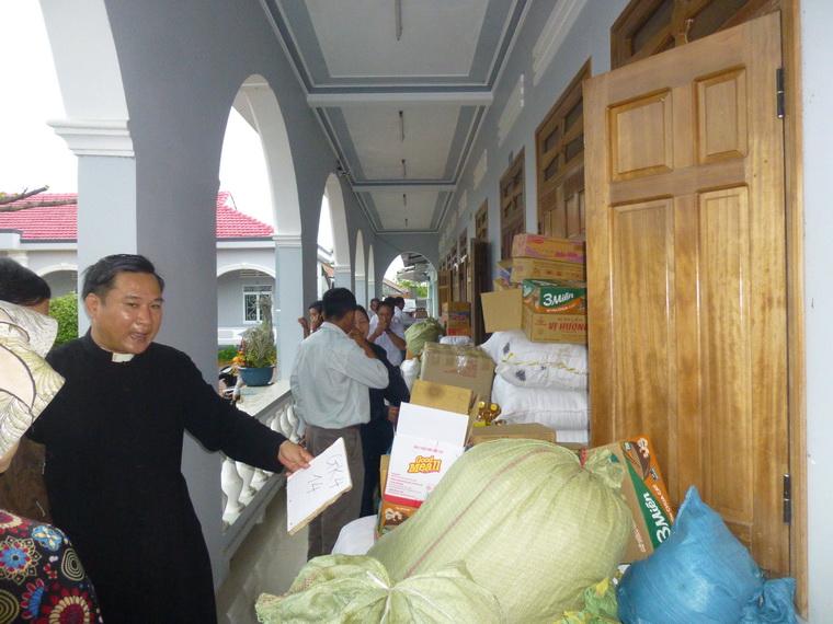Giáo xứ Hoa Châu phát quà cho người nghèo