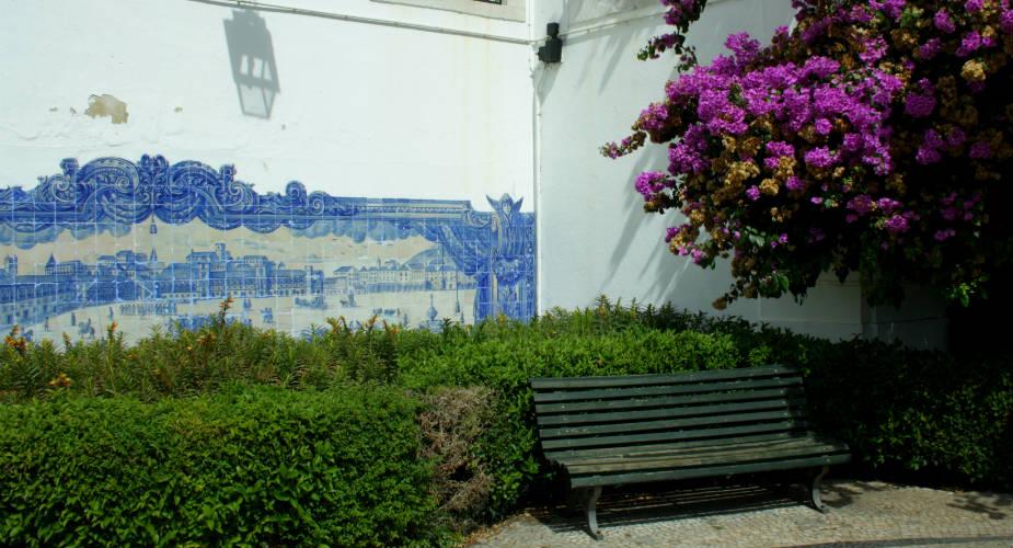 Romantische stedentrip, romantisch Lissabon: miradouro Santa Lucia | Mooistestedentrips.nl