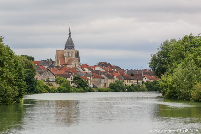 Damery seen from the middle of Marne river