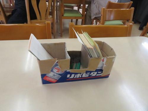 金沢競馬場のリポビタンDの箱を改造したマークカード入れ