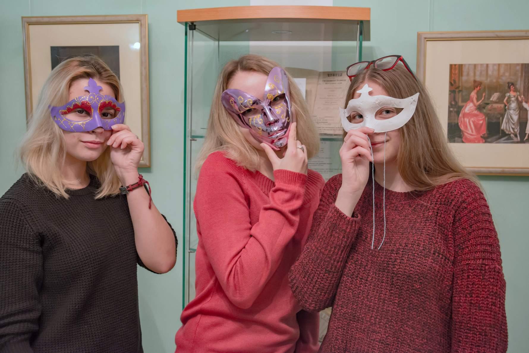Посетители Всероссийской акция «Ночь искусств» в «Тарханах» в маскарадных масках