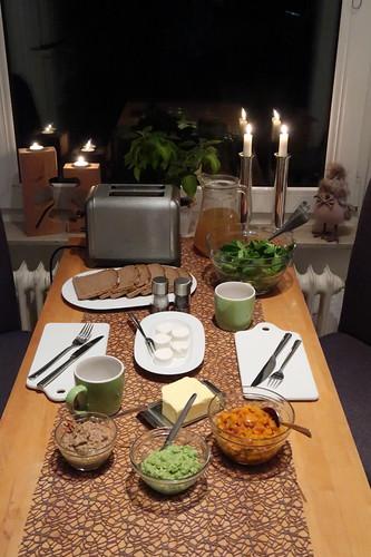 Vegetarisches Abendbrot mit selbstgemachten Aufstrichen, Feldsalat und Brühe