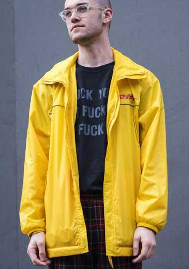 DHLイエローコーチジャケット×黒Tシャツ×タータンチェックパンツ