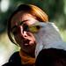 Aguila pescadora con su cuidadora