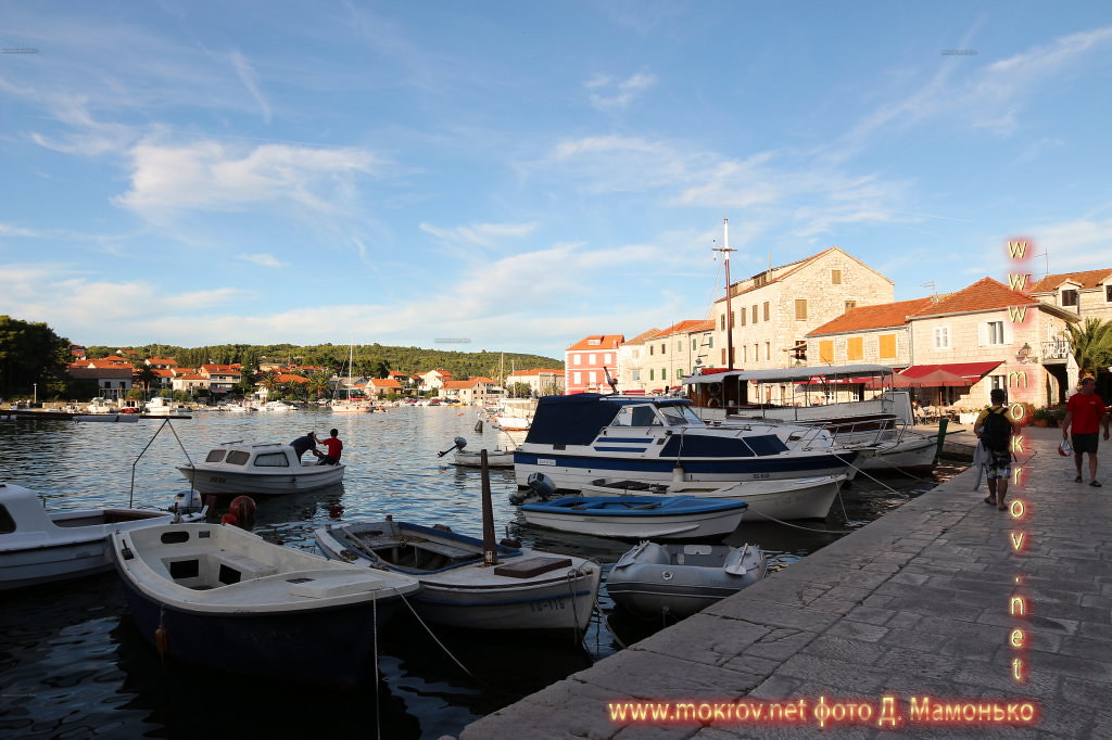Хвар — остров в Адриатическом море, в южной части Хорватии с фотоаппаратом прогулки туристов