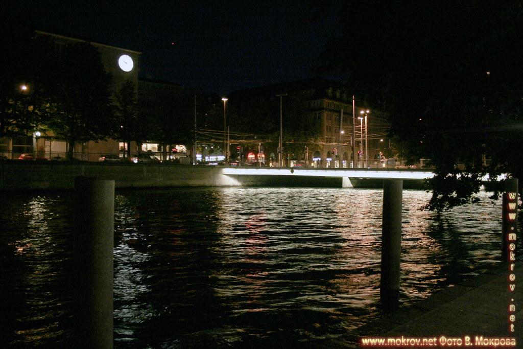 Исторический центр города Цюриха с фотоаппаратом прогулки туристов