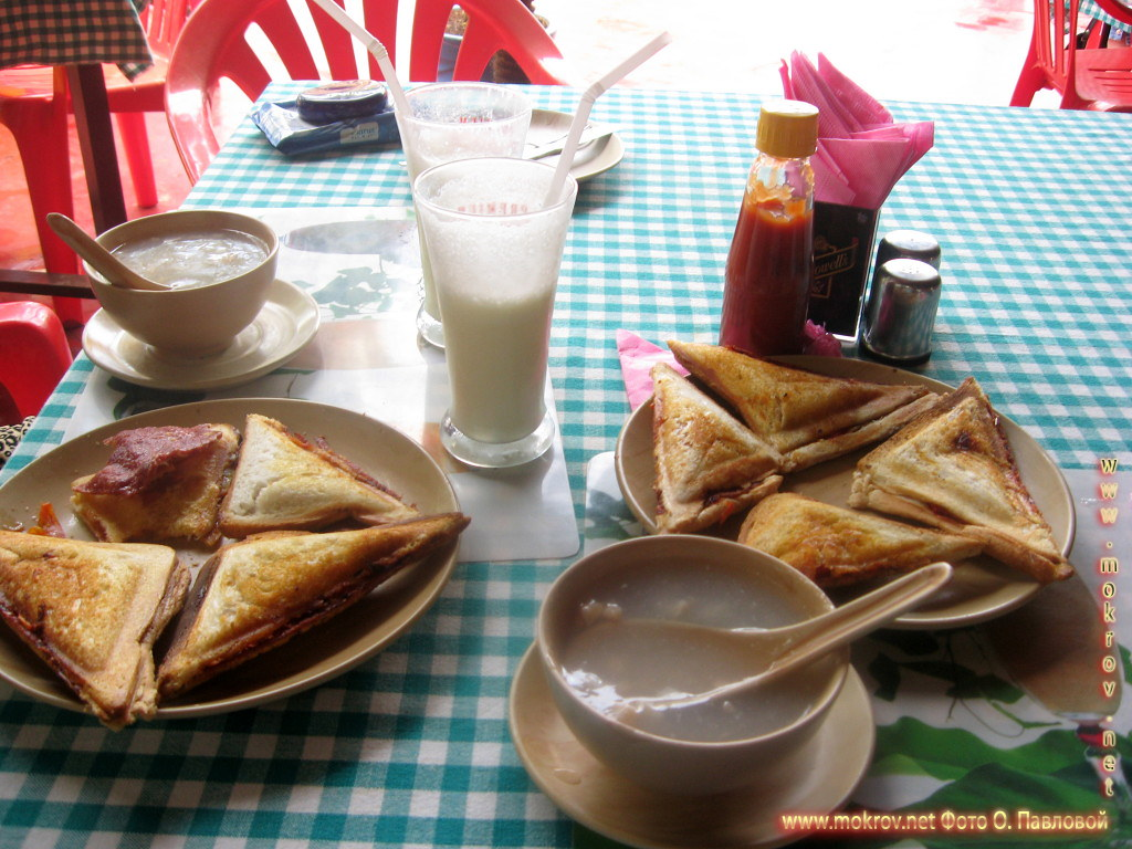 Суп из морепродуктов, запеченые сэндвичи в гриле и молочный напиток - ласси - типа простокваши с фруктами