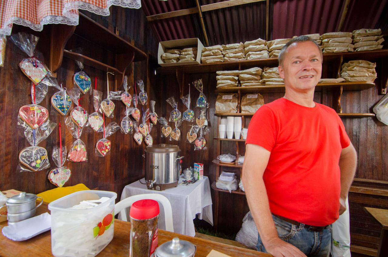 Un stand de postres y golosinas en la fiesta de la cerveza del Club Alemán de Colonia Independencia. (Elton Núñez).