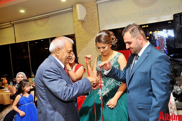 Genç çiftin nişan yüzüklerini Emekli 19. Yargıtay Başkanı İbrahim Polat Solak taktı.