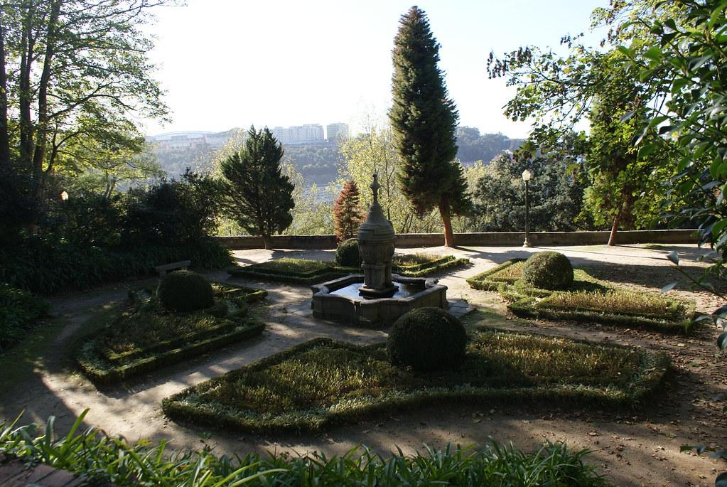 Bout de jardin à la française devant le musée du romantisme à Porto.