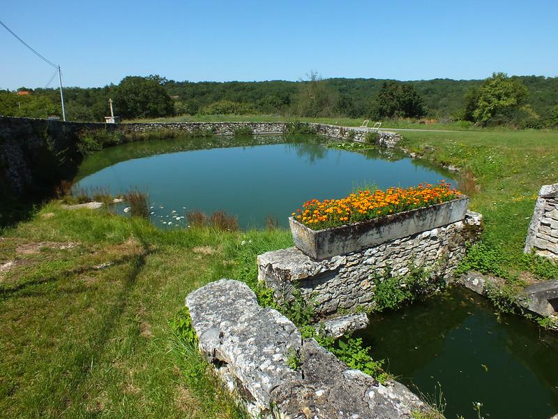 Puyjourdes - Le lavoir & son lac de Saint-Namphaise