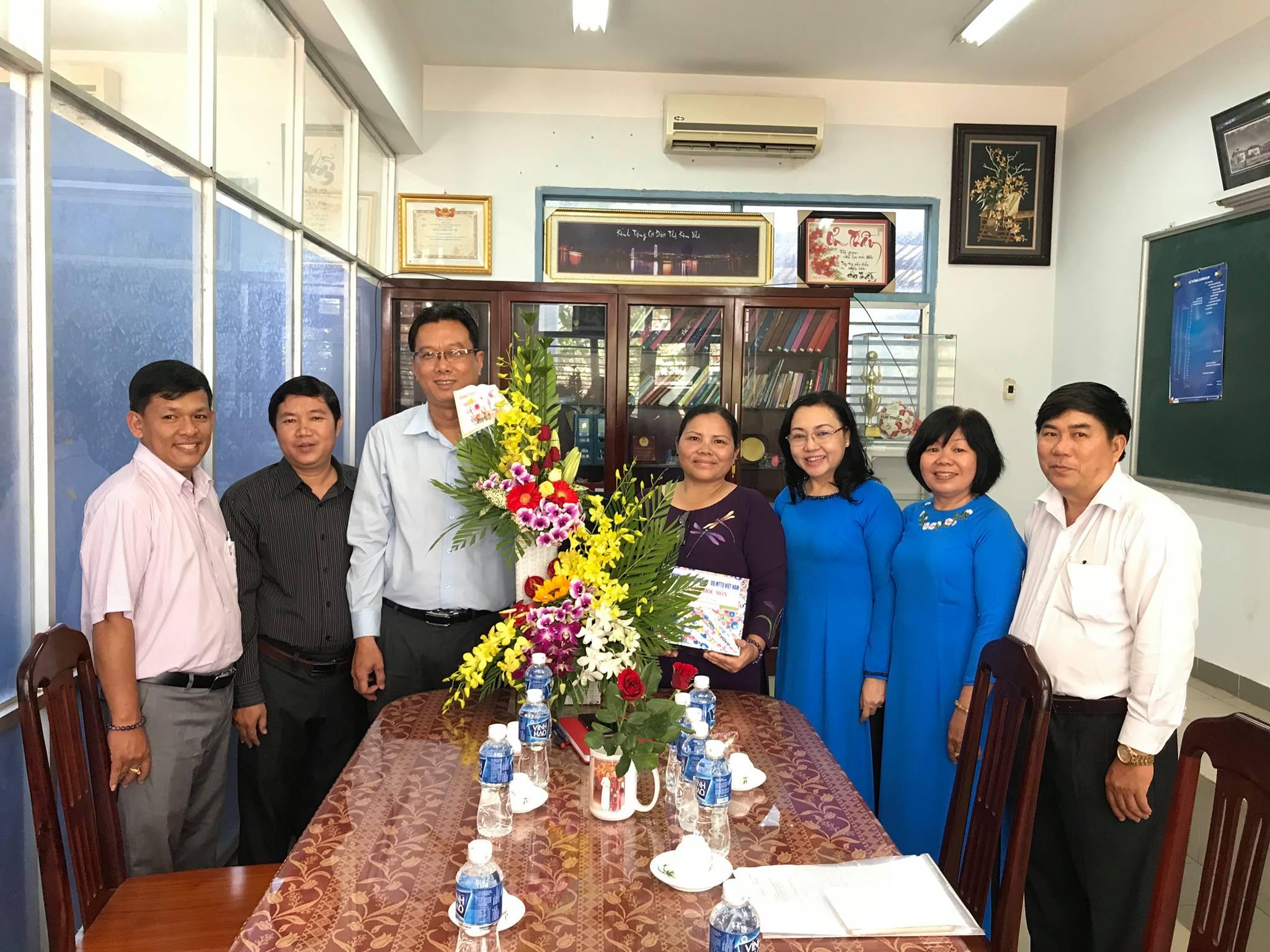 Đại diện Huyện ủy-HĐND-UBND-UBMTTQ-PGD huyện Hóc Môn đến thăm NGUT Đào Thị Kim Nhi
