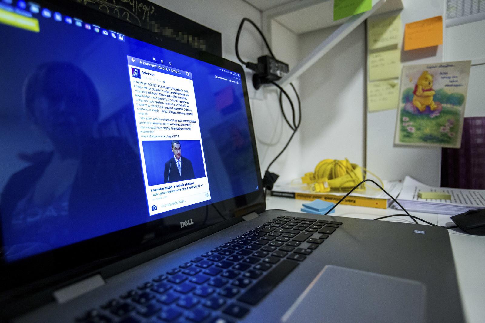 Vári Anikó az ügyet kiváltó Facebook-posztját mutatja otthonában | Fotó: Dimény András / Képszerkesztőség