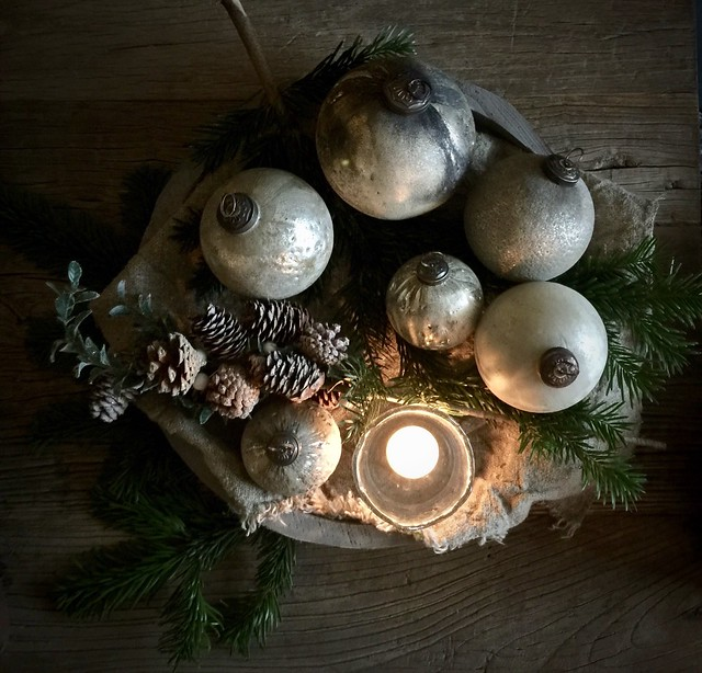 Schaal met grijze kerstballen