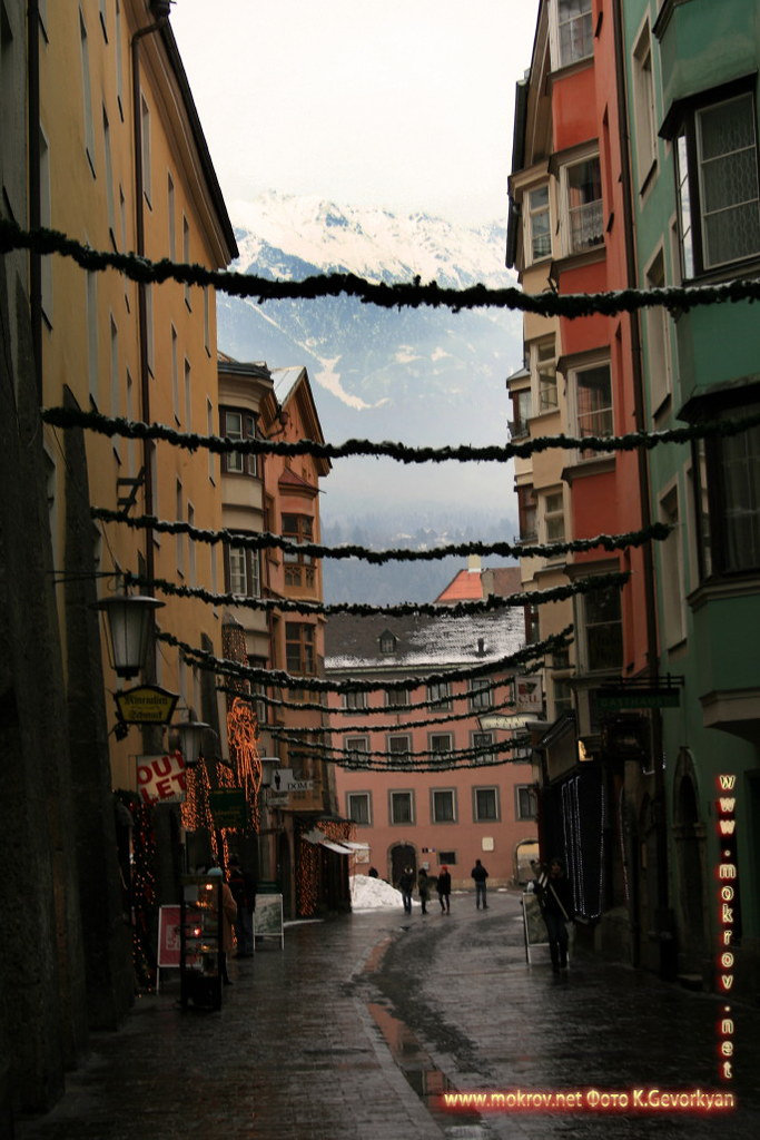 Инсбрук — город в Австрии прогулки туристов с Фотоаппаратом