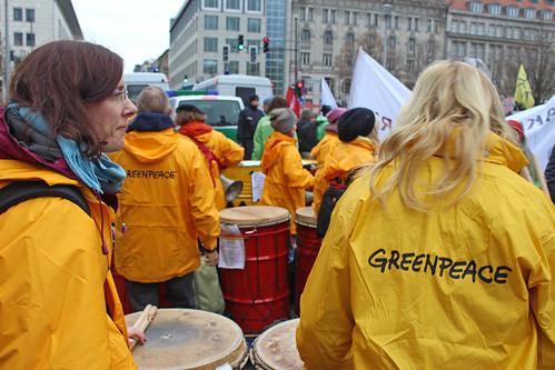 Menschenkette: Stoppt die Eskalation. Atomwaffen ächten