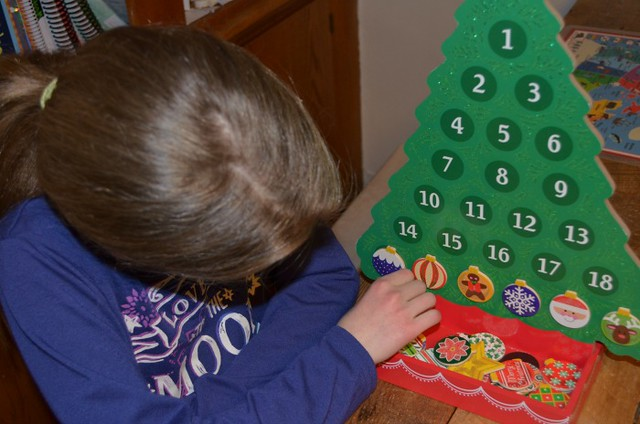 reusable Advent tree on The SIMPLE Moms