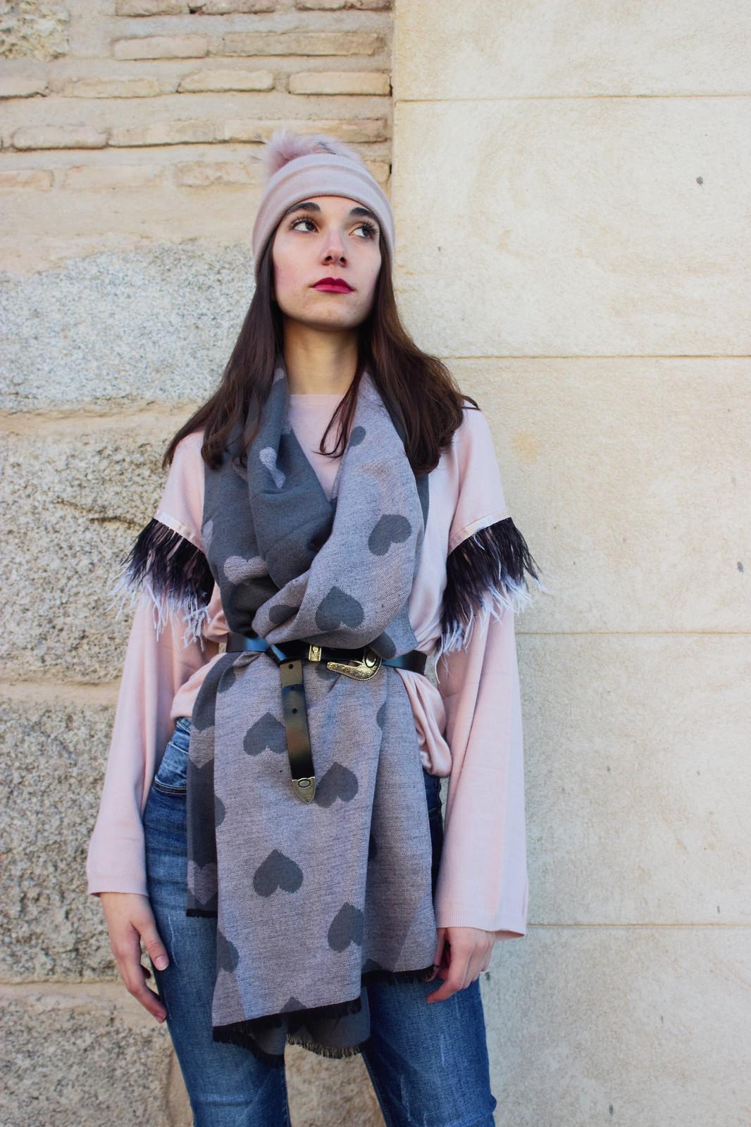 madlula-fashion-style-chic-pashmina-love-reversible-gris-rosa-gorro-pompón-sweater-paris-rosa-jeans-adriana-fashion