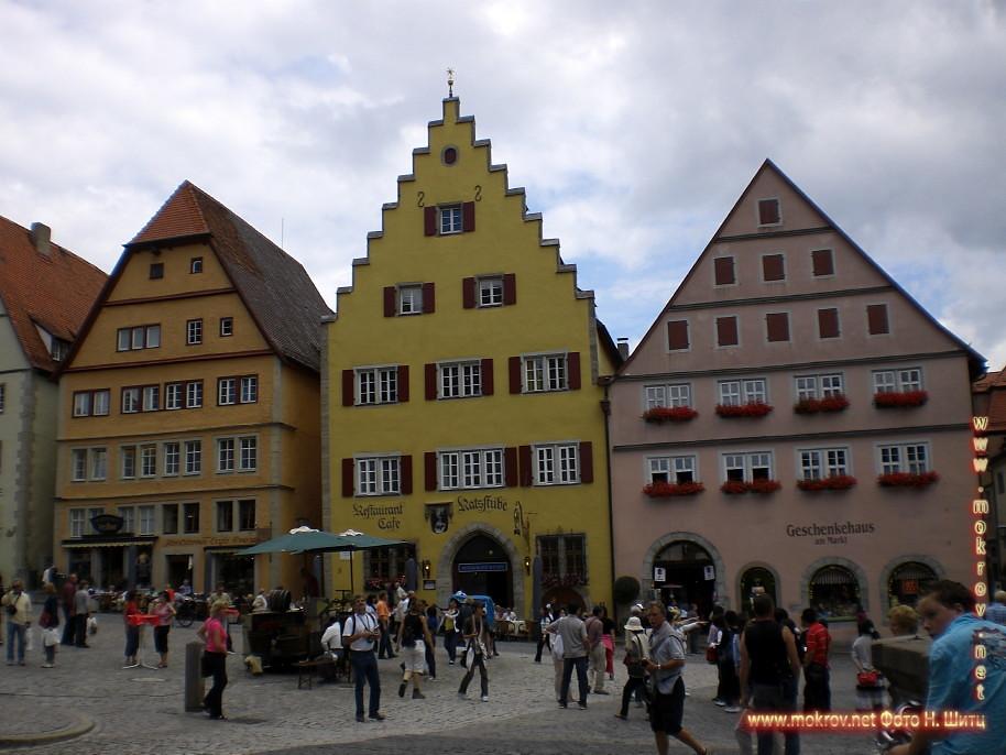 Исторический центр Лимбург на Лане с фотокамерой прогулки туристов