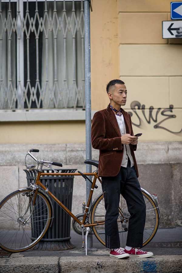 ブラウンベロアテーラードジャケット×白Tシャツ×グレーカーディガン×黒パンツ×オールスターローエンジ
