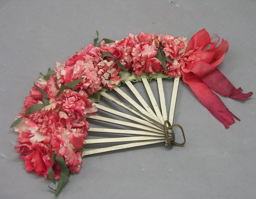Eventail fleurie du musée ethnographique de Séville.