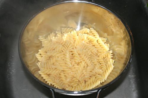 04 - Nudeln- ochen & abgießen / Cook & drain pasta