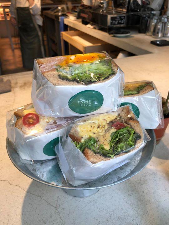 我今天終於吃到網美咖啡館的早壽司三明治了!好~漂~釀! 好不好吃很難講,介於還不賴跟好吃中間,可以確定的是我沒吃飽(這是我的問題吧)XD!