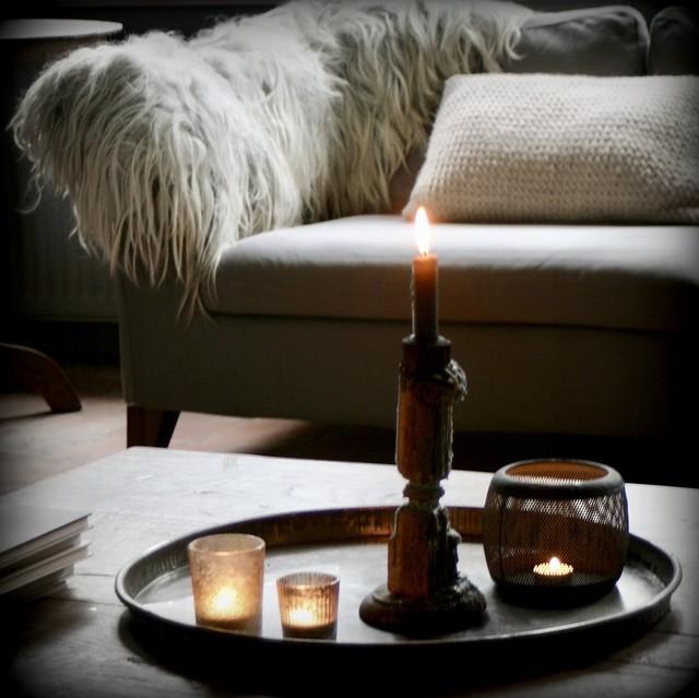 Dienblad met kaarsen op salontafel