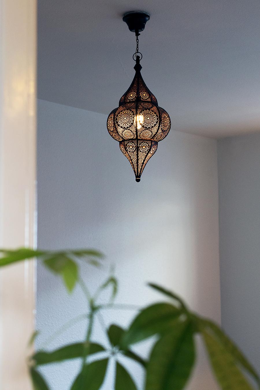 I taket hänger den här ↑ En lampa från Indiska. Vi har samma fast en modell  större i vardagsrummet och älskar dem. De ger fint sken och är en fin ... 8fe1fbeb50111