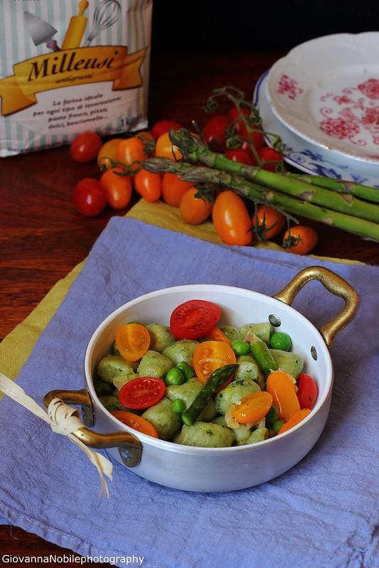 Gnocchi di ricotta e basilico, con ragù di asparagi, piselli e pomodori datterini