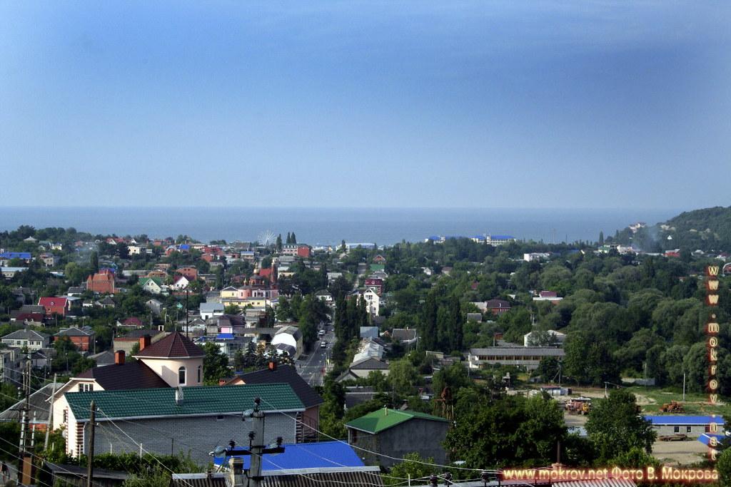 Город Архипо-Осиповка с фотокамерой прогулки туристов,