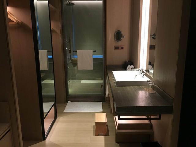 衣櫃與乾濕分離的浴室@宜蘭礁溪寒沐酒店