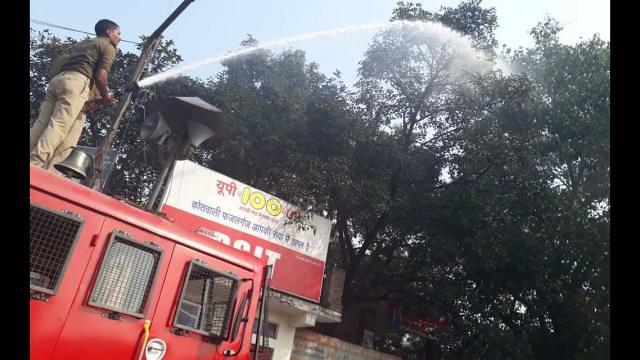 फायर ब्रिगेड और ट्रैफिक पुलिस ने धोए पेड़