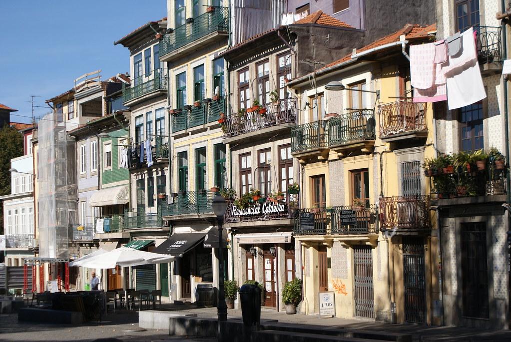 Façade colorés d'immeubles dans le quartier Baixa / Sé à Porto.