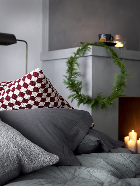 03-christmas-bedroom-bed-candle-chimenea