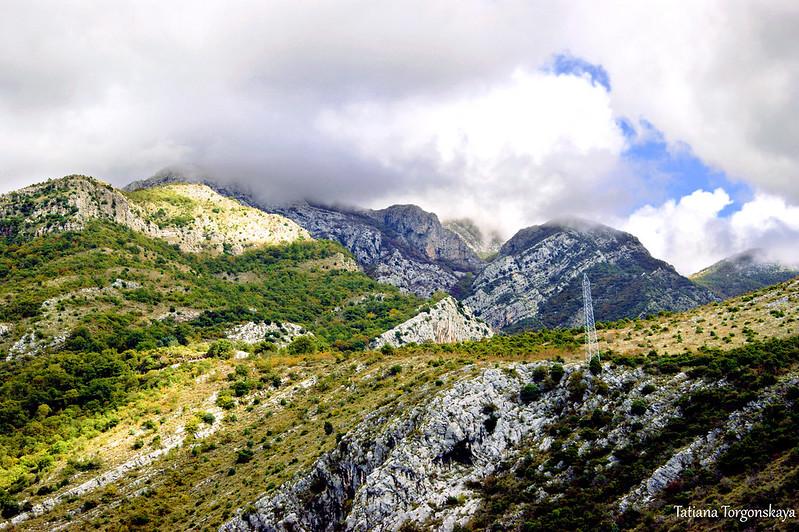 Вершины гор и облака