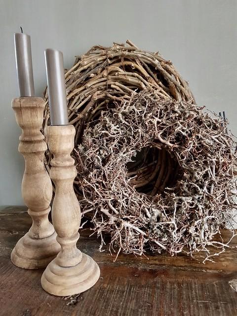 Takkenkrans, houten kandelaars