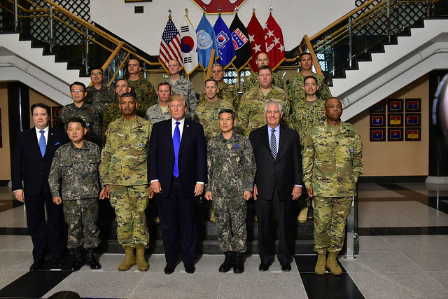 Donald Trump com as tropas dos EUA e da República da Coréia em Camp Humphreys - Créditos: State Department Photo/ Public Domain