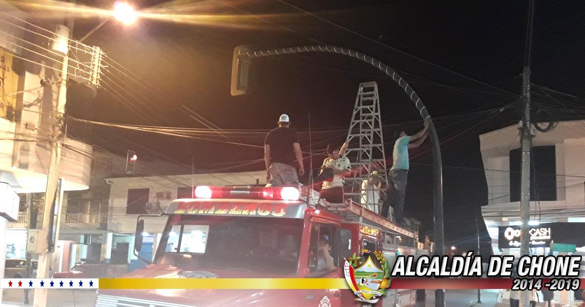 Instalación de las luces navideñas en calle Bolívar y parque Sucre