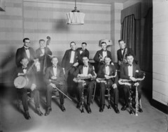 Performers in the CKGW broadcasting station studio, Toronto, Ontario / Artistes dans le studio de la station de radiodiffusion CKGW, Toronto (Ontario)