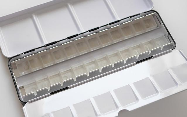 Amazon メタルパレット 24色 ハーフパン 固形透明水彩