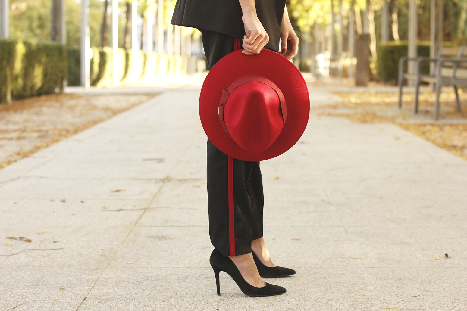 Track pants black pants with red stripes red hat uterqüe style fashion outfit08